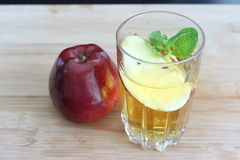 genomskinligt för glass fruktsaft för bild för mat för äpplen för äpple 3d begreppsmässigt fallande naturligt Royaltyfri Foto