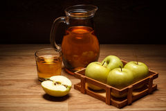 genomskinligt för glass fruktsaft för bild för mat för äpplen för äpple 3d begreppsmässigt fallande naturligt Fotografering för Bildbyråer