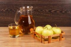 genomskinligt för glass fruktsaft för bild för mat för äpplen för äpple 3d begreppsmässigt fallande naturligt Royaltyfria Foton