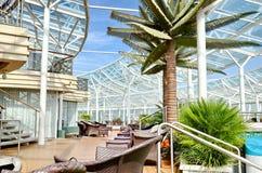 Genomskinligt glass tak, modern arkitektonisk inre Arkivfoton