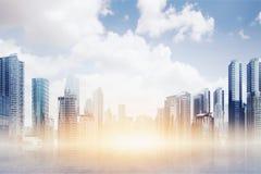 Genomskinligt golv med den moderna byggnad och skyskrapan Arkivbilder