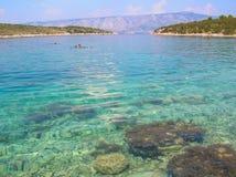 Genomskinligt hav i Kroatien Royaltyfria Foton
