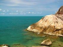Genomskinligt hav med klippan på Samui, Thailand Royaltyfria Foton