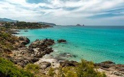 Genomskinligt hav och stenig kustlinje av Korsika nära Ile Rousse royaltyfri bild