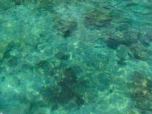 Genomskinligt havsvatten, abstrakt bakgrund Arkivbild