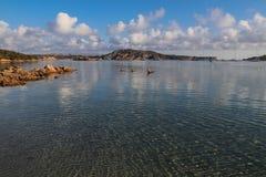 Genomskinligt, klart och lugna hav i sommar Arkivfoton