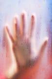 genomskinligt kvinnabarn för glass hand Arkivfoton