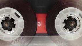Genomskinligt ljudkassettband som spelar, makro lager videofilmer
