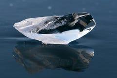 Genomskinligt stycke av is på Baikal sjön arkivfoto