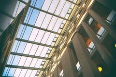 Genomskinligt tak av en modern byggnad Arkivbilder