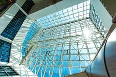 Genomskinligt tak, blå himmel över Arkivbilder