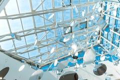 Genomskinligt tak, runda garneringar, blå himmel över Royaltyfri Fotografi