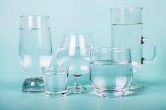 Genomskinligt vatten i olika exponeringsglas Arkivfoton