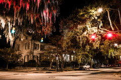 Genomskärning av Drayton och Gaston Streets på natten i Savannah, Arkivfoton