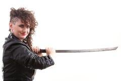 genomträngande svärdkvinna för lockig flicka Fotografering för Bildbyråer