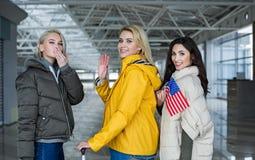 Genossene Freunde machend ihre adieu am Flughafen Lizenzfreie Stockbilder