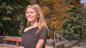 Genossene kaukasische Frau geht glücklich, geht oben in den Park und betrachtet altes ruhig errichten, Sommer stock footage