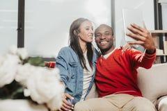Genoten van paar die selfie met lusje thuis maken royalty-vrije stock fotografie