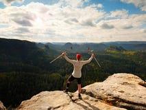 Genou de huttes de randonneur L'homme avec la jambe dedans joignent le séjour d'immobilisateur sur le sommet et soulèvent le crut Images libres de droits