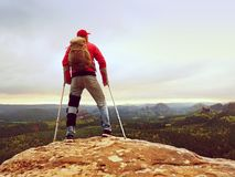 Genou de huttes de randonneur L'homme avec la jambe joignent dedans le séjour d'immobilisateur sur des béquilles de sommet et d'a Photos stock
