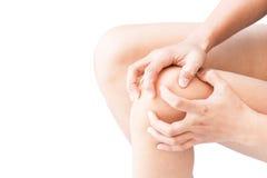 Genou de prise de main de femme de plan rapproché avec le symptôme de douleur, soins de santé et photos libres de droits