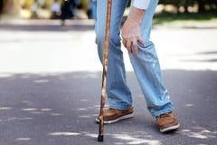 Genou malade émouvant d'homme âgé par défectuosité dehors Images stock
