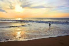 Genou profondément dans le sable Photographie stock