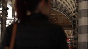 Genova Люди идут под старую аркаду видеоматериал