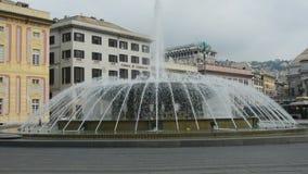 Genova, Italia - 15 giugno 2017: fontana nel quadrato principale della città Piazza De Ferrari Quadrato situato nel cuore della c archivi video