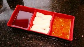 Genre de sauces dans un plat rouge Shoyu, mayonnaise et sauce chili photos stock
