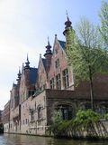Genre sur des maisons d'une ville de Bruges Photos stock