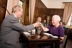 Gens aînés célébrant dans le restaurant Photo stock