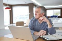Gens aînés et affaires à la maison Image stock