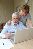 Gens aînés et technologies neuves Image libre de droits