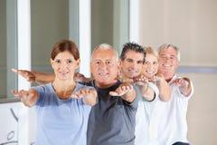 Gens aînés faisant des exercices arrières Images stock