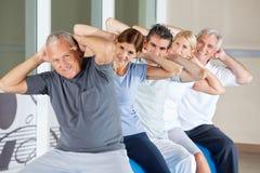 Gens aînés faisant des exercices arrières Photographie stock