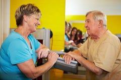 Gens aînés flirtant en gymnastique Images libres de droits
