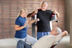 Gens aînés parlant en gymnastique Photographie stock