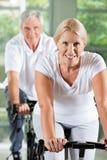 Gens aînés s'exerçant en gymnastique Image stock