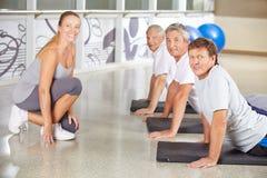 Gens aînés s'exerçant en gymnastique Photos libres de droits