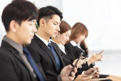 Gens d'affaires à l'aide du téléphone intelligent images stock