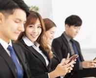 gens d'affaires à l'aide du téléphone intelligent photographie stock