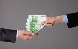 Gens d'affaires échangeant d'euro billets de banque image libre de droits