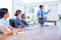 Gens d'affaires écoutant au cours d'une réunion Image libre de droits