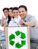 Gens d'affaires affichant le concept de la réutilisation Images stock