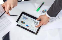 Gens d'affaires analysant des documents lors d'une réunion Image libre de droits