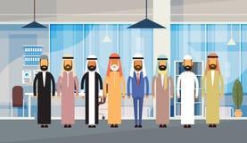 Gens d'affaires arabes d'équipe musulmane intérieure de bureau Images stock