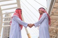 Gens d'affaires arabes réussis se serrant la main Photographie stock libre de droits