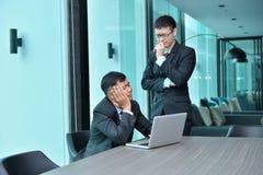 Gens d'affaires asiatiques ayant le fonctionnement de problème, blâmant au bureau Image stock