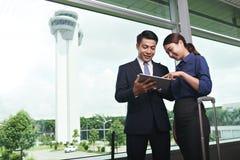 Gens d'affaires asiatiques débarquant dans l'aéroport Images stock
